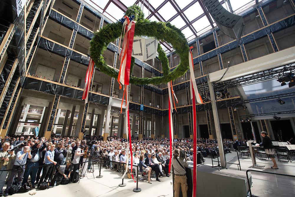 12 JUN 2015, BERLIN/GERMANY:<br /> Innenhof mit Richtkranz im Rohbau waehrend dem Richtfest Berliner Schloss - Humbold Forum<br /> IMAGE: 20150612-01-177
