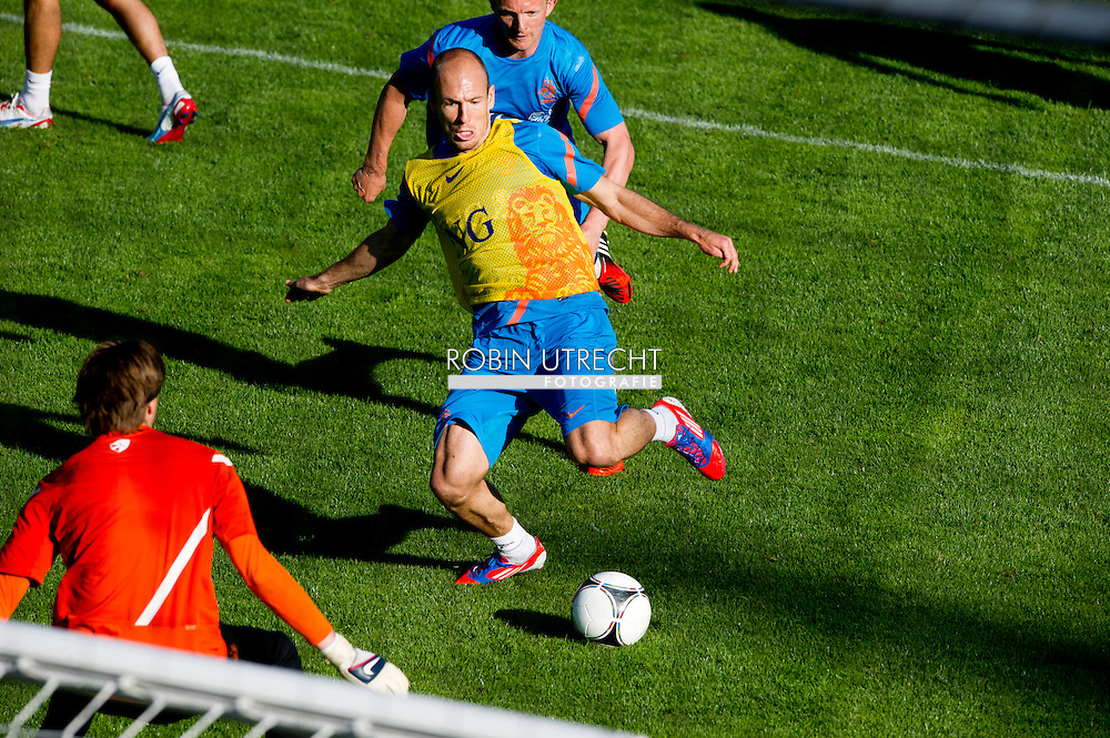 Dutch international football player Arjen Robben in a duel with Dirk Kuyt  during the training for the trainingcamp of the Netherlands national football team in Hoenderloo on May 28, 2012. AFP PHOTO/ ROBIN UTRECHT