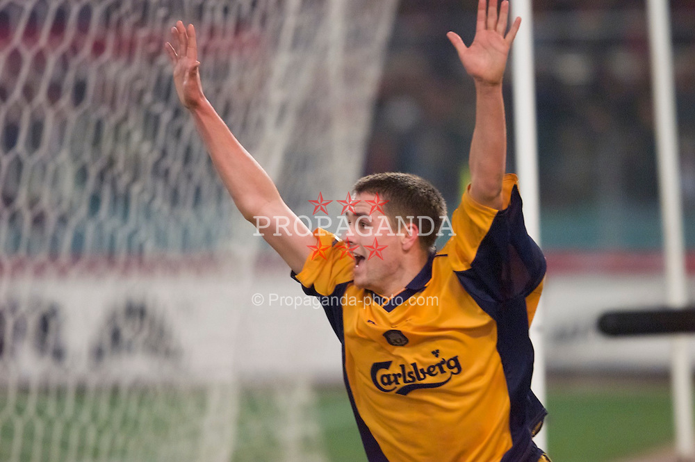 ROME, ITALY - Thursday, February 15, 2001: Liverpool's Michael Owen celebrates his goal against AS Roma during the UEFA Cup 4th Round 1st Leg match at the Stadio Olimpico. (Pic by David Rawcliffe/Propaganda)