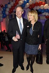 John B. Emerson mit Ehefrau Kimberly Marteau bei der Wahlparty zur US-Wahlnacht 2016 in der Hauptstadtrepräsentanz der Bertelsmann SE & Co KGaA in Berlin<br /> <br /> / 081116<br /> <br /> *** Election Party at the Bertelsmann House in Berlin, Germany; November 8th, 2016 ***