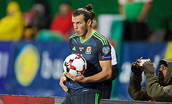 VIENNA, AUSTRIA - Thursday, October 6, 2016: Wales' Gareth Bale dries the ball as he prepares to take a throw-in against Austria during the 2018 FIFA World Cup Qualifying Group D match at the Ernst-Happel-Stadion. (Pic by David Rawcliffe/Propaganda)