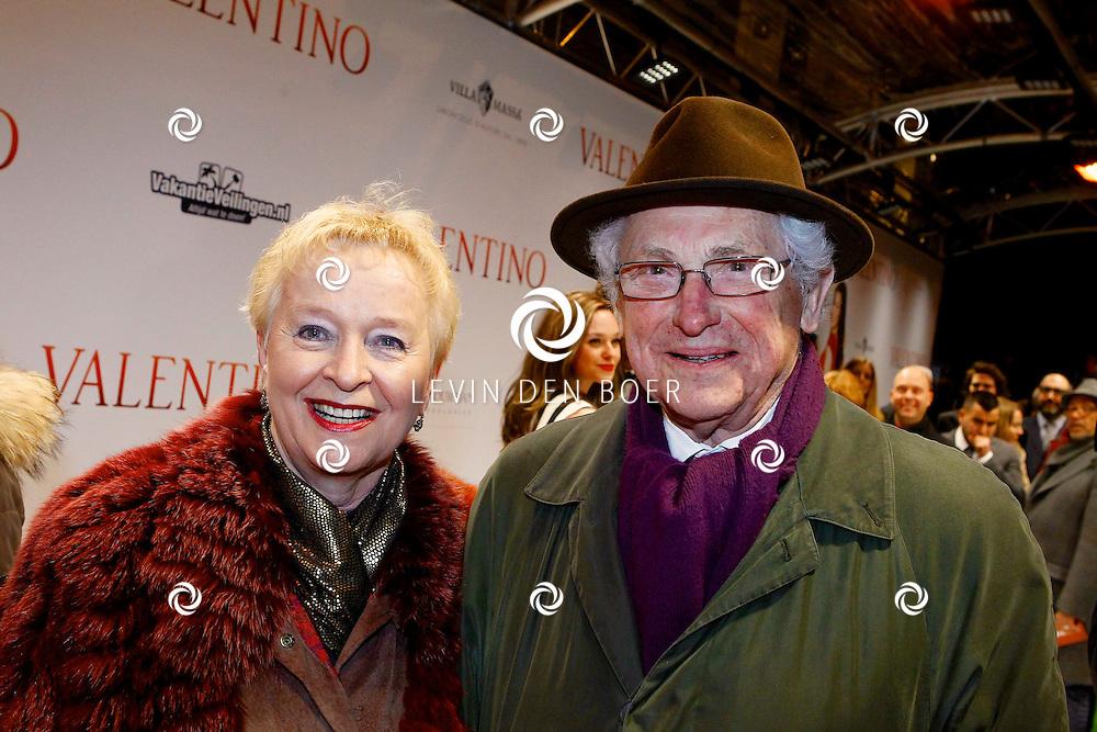 AMSTERDAM - In Tuschinski is de Nederlandse film Valention in premiere gegaan. Diversen bekende Nederlanders kwamen over de rode loper. Met hier op de foto  Loekie Knol en haar partner. FOTO LEVIN DEN BOER - PERSFOTO.NU