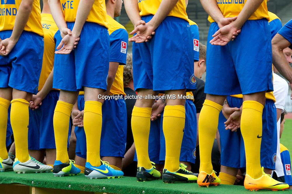 Spieler vom Fußball-Bundesligisten Eintracht Braunschweig bereiten sich am 05.07.2013 im Eintracht-Stadion in Braunschweig (Niedersachsen) für das offizielle Mannschaftsfoto der Saison 2013/14 vor. Foto: Sebastian Kahnert/dpa