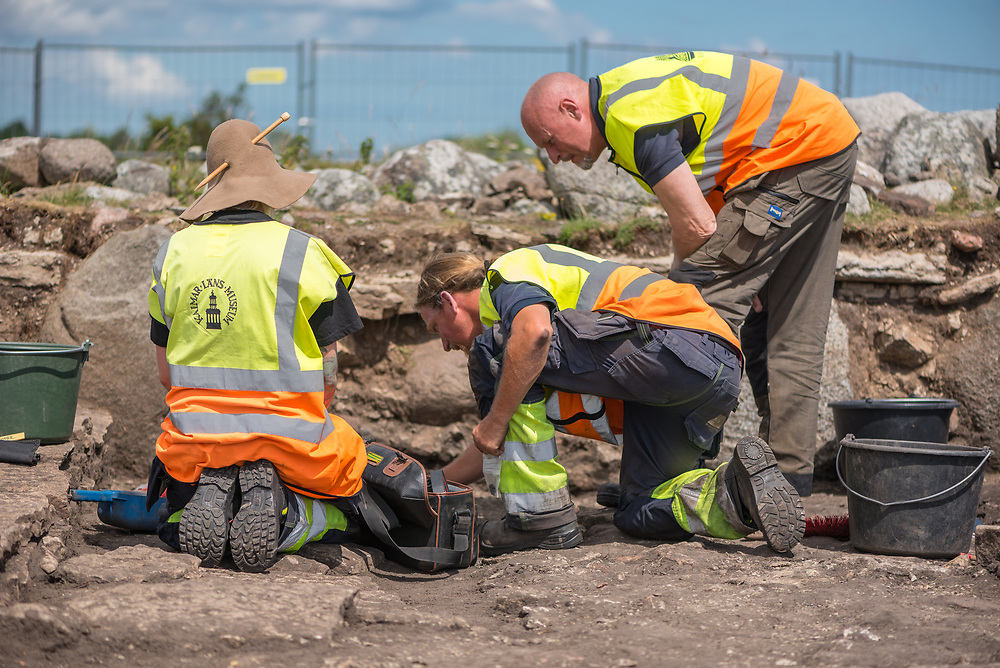 Sophie Vallulv, Ludvig Papmehl-Dufay and Per Lekberg consulting each other during the excavation of Sandby Borg