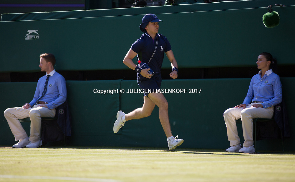 Wimbledon Feature, Balljunge sprinted auf dem Platz<br /> <br /> Tennis - Wimbledon 2017 - Grand Slam ITF / ATP / WTA -  AELTC - London -  - Great Britain  - 5 July 2017.