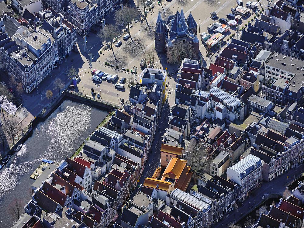 Nederland, Noord-Holland, Amsterdam; 23-03-2020; overzicht binnenstad Amsterdam, Nieuwmarktbuurt. Centrum van de stad, Geldersekade en Zeedijk (met tempel). Het wallen-gebied is ongehoord rustig, geen drommen toeristen of dagjesmensen. In de achtergrond een bijna lege Nieuwmarkt.<br /> Het publieke leven in het centrum van de hoofdstad is bijna geheel stil komen te liggen als gevolg van het Corona virus. Niet alleen is alle horeca dicht, ook veel winkels en andere bedrijven zijn gesloten. Het publiek blijft over het algemeen binnen, de straten en pleinen zijn stil.<br /> Innercity Amsterdam.<br /> Public life in the center of the capital has come to a complete standstill as a result of the Corona virus. Not only are all pubs, coffee shops and restaurants,  closed, many shops and other companies are also closed. The public generally stays inside, the streets and squares are very quiet.<br /> <br /> luchtfoto (toeslag op standaard tarieven);<br /> aerial photo (additional fee required)<br /> copyright © 2020 foto/photo Siebe Swart