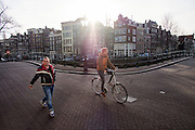 In Amsterdam passeert een fietser op de Keizersgracht een voetganger.<br /> <br /> In Amsterdam a cyclist riding at the Keizersgracht is passing a pedestrian.