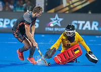 BHUBANESWAR, INDIA -  Thijs van Dam (Ned)  ziet zijn shoot-out gestopt worden door keeper Vincent Vanasch (Belgie)  tijdens de  finale tussen België en Nederland bij het WK Hockey heren in het Kalinga Stadion. COPYRIGHT KOEN SUYK