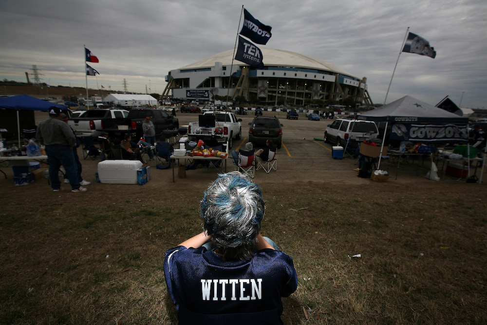 Jake Sims, 9, of San Antonio watches a neighboring tailgater's television before the Dallas Cowboys' last game in Texas Stadium Saturday December 20, 2008.   (Courtney Perry/The Dallas Morning News)