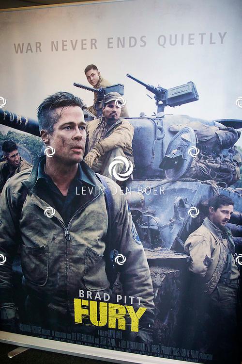 AMERSFOORT - Op de Militaire Basis 'De Bernhardkazerne' is de nieuwe film 'Fury' met acteur Brad Pritt in premiere gegaan. Met hier op de foto  een opgezet foto hoekje waar we de acteur en regisseur mochten gaan fotograferen. FOTO LEVIN DEN BOER - PERSFOTO.NU