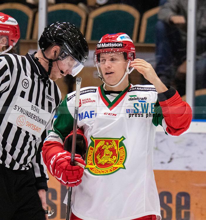2019-12-02 | Umeå, Sweden: Referee have a chat with Mora (10) Dustin Gazley in HockeyAllsvenskan during the game  between Björklöven and Mora at A3 Arena ( Photo by: Michael Lundström | Swe Press Photo )<br /> <br /> Keywords: Umeå, Hockey, HockeyAllsvenskan, A3 Arena, Björklöven, Mora, mlbm191202