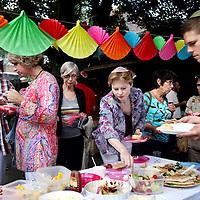 Nederland, Amsterdam , 3 augustus 2012..Roze viering van de Liberaal Joodse Gemeente bij de synagoge in de Uilenburgerstraat..Ook dit jaar organiseert de progressief Joodse gemeente Beit Ha'Chidush een speciale roze Shabbat dienst op vrijdagavond 3 augustus, de vooravond van de Canal Parade..Deze Pink Shabbat dienst wordt opgebouwd zoals een reguliere vrijdagavonddienst maar bevat roze elementen. Op deze Shabbat vieren wij homosexualiteit en bovenal diversiteit!.De dienst begint om 20:00 uur, inloop vanaf 18:30 uur. We vragen gasten om zelf iets te eten mee te nemen (vegetarisch of kosher-style) en wij zorgen voor drankjes en een glas roze bubbels. .ROZE SHABBAT BIJ BEIT HA'CHIDUSH.Foto:Jean-Pierre Jans