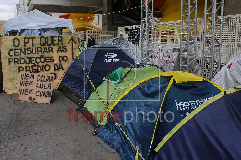 Mais cartazes contra o governo dilma e contra o PT ( Partido dos Trabalhadores) foram colocados na frente da sede da FIESP na avenida paulista, onde a quase dois meses se encontra um grupo de manifestantes acampados na espera do impeachment da presidenta Dilma. Sao Paulo 26/04/2016 MARCELO S. CAMARGO/FRAMEPHOTO