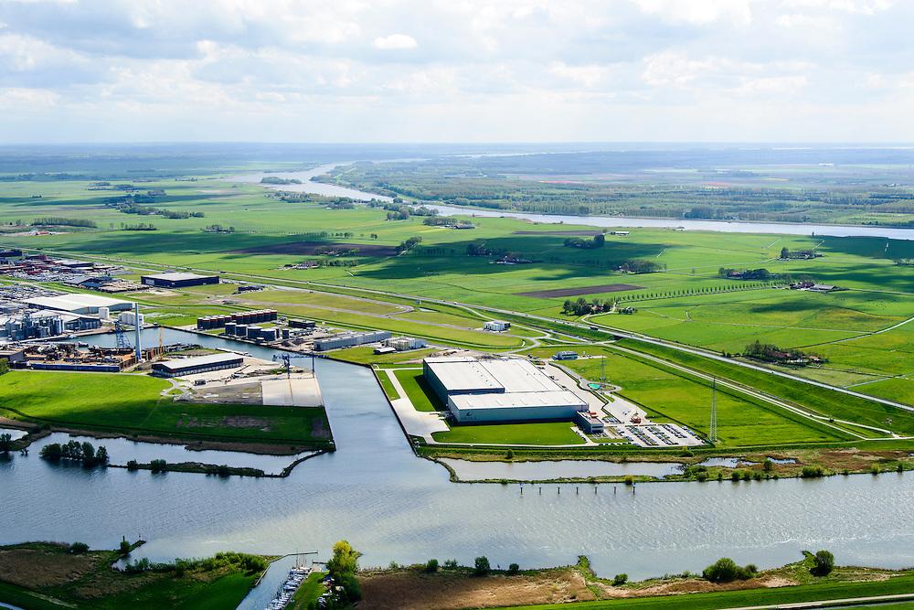 Nederland, Overijssel, Gemeente Kampen, 07-05-2015. Kampereiland met  Zuiderzeehaven en rivier de IJssel. Flevoland en water van Vossemeer in de verre achtergrond.<br /> New harbour and river IJssel, north of Kampen.<br /> <br /> luchtfoto (toeslag op standard tarieven);<br /> aerial photo (additional fee required);<br /> copyright foto/photo Siebe Swart