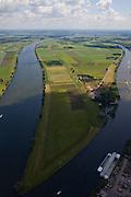 Nederland, Brabant, Gemeente Waspik, 12-06-2009; Overdiepsche polder, in de lengterichting van de Bergsche Maas (links). In het kader van 'Ruimte voor de Rivier' (bescherming tegen hoogwater door rivierverruiming), zijn er plannen om de Overdiepse Polder te gebruiken om extra rivierwater af te voeren. De bestaande boerderijen moeten op terpen komen, de dijk langs de Bergse Maas wordt verlaagd terwijl bij het Oude Maasje (rechts) een nieuwe dijk komt als primaire waterkering..Depoldering of Overdiep Polder.luchtfoto (toeslag), aerial photo (additional fee required).foto/photo Siebe Swart
