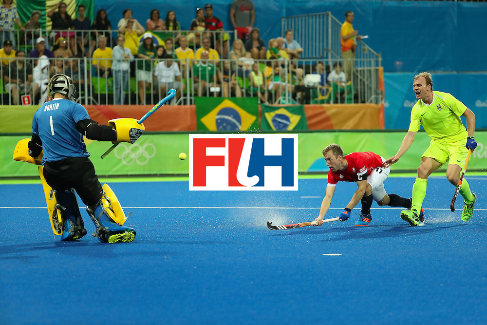 RIO DE JANEIRO, BRAZIL - AUGUST 09:  Barry Middleton #17 of Great Britain takes a shot on goalkeeper Thiago Bomfim #1 of Brazil during the hockey game on Day 4 of the Rio 2016 Olympic Games at the Olympic Hockey Centre on August 9, 2016 in Rio de Janeiro, Brazil.  (Photo by Christian Petersen/Getty Images)
