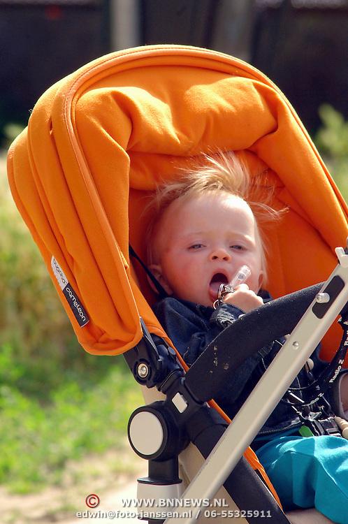 NLD/Amsterdam/20060620 - Yvon Jaspers aan de wandel met zoon Keesje