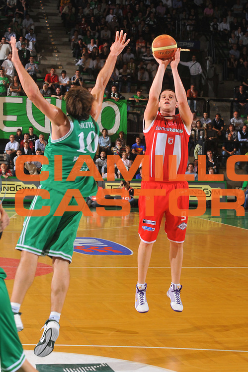 DESCRIZIONE : Treviso Lega A 2008-09 Benetton Treviso Bancatercas Teramo<br /> GIOCATORE : Valerio Amoroso<br /> SQUADRA : Banca Tercas Teramo<br /> EVENTO : Campionato Lega A 2008-2009<br /> GARA : Benetton Treviso Banca Tercas Teramo<br /> DATA : 07/05/2009<br /> CATEGORIA : Tiro<br /> SPORT : Pallacanestro<br /> AUTORE : Agenzia Ciamillo-Castoria/M.Gregolin<br /> Galleria : Lega Basket A1 2008-2009<br /> Fotonotizia : Treviso Campionato Italiano Lega A1 2008-2009<br /> Benetton Treviso Bancatercas Teramo<br /> Predefinita :