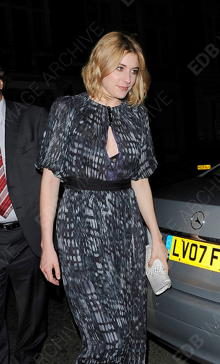 19.APRIL.2011. LONDON<br /> <br /> ACTRESS AND DIRECTOR GRETA GERWIG OUT AND ABOUT IN CENTRAL LONDON<br /> <br /> BYLINE: EDBIMAGEARCHIVE.COM<br /> <br /> *THIS IMAGE IS STRICTLY FOR UK NEWSPAPERS AND MAGAZINES ONLY*<br /> *FOR WORLD WIDE SALES AND WEB USE PLEASE CONTACT EDBIMAGEARCHIVE - 0208 954 5968*