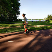 Nederland Rotterdam 24-05-2009 20090524 Foto: David Rozing .                                                                                    .Kralingse Plas deelgemeente Kralingen Crooswijk, skater vrouw op fietspad op zonnig dag                            .People  enjoying sunny weather, citylife, Kralingen, skating          .Holland, The Netherlands, dutch, Pays Bas, Europe, health, healthy, sporting, girl, woman   ...Foto: David Rozing/
