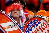 17-10-2007: Voetbal: Nederland-Slovenie: Eindhoven<br /> Een oranje supporter uitgedost achter zijn trom<br /> Foto: Geert van Erven