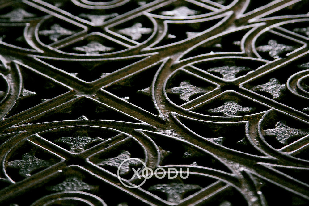 Metal floor grate pattern, Kilkenny (Cill Chainnigh), Ireland (September 2007)