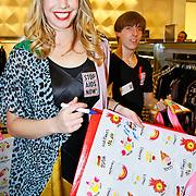 NLD/Amsterdam/20101128 - Modeshow en verkoop Artbags t.b.v het Aidsfonds in de Bijenkorf, Nicolette Kluijver met artbag van Blond