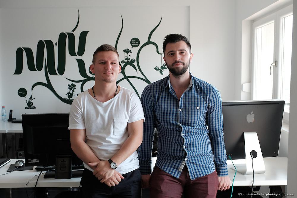 Astrit Malsija und Eduard Luta (mit Bart), Mitarbeiter der Web-Agentur MIK, die Helvetas bei der Entwicklung und Finanzierung eines Praktikumprogramms unterstützt hat.