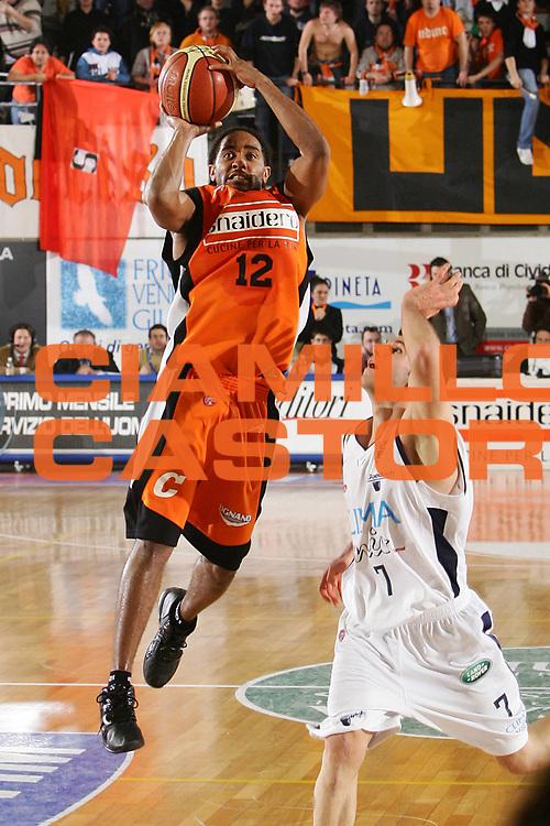 DESCRIZIONE : Udine Lega A1 2005-06 Snaidero Udine Climamio Fortitudo Bologna <br /> GIOCATORE : Hill <br /> SQUADRA : Snaidero Udine <br /> EVENTO : Campionato Lega A1 2005-2006 <br /> GARA : Snaidero Udine Climamio Fortitudo Bologna <br /> DATA : 22/01/2006 <br /> CATEGORIA : Tiro <br /> SPORT : Pallacanestro <br /> AUTORE : Agenzia Ciamillo-Castoria/S.Silvestri <br /> Galleria : Lega Basket A1 2005-2006 <br /> Fotonotizia : Udine Campionato Italiano Lega A1 2005-2006 Snaidero Udine Climamio Fortitudo Bologna <br /> Predefinita :