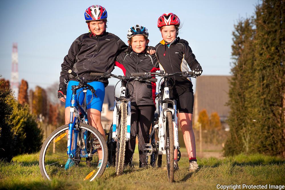 370437-Zusjes Nieke, Nette en Celiene Coppens trainen samen voor de jaarlijkse veldrit in Viersel-Herentalsebaan