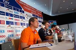 05-09-2013 VOLLEYBAL: EK VROUWEN PERS CONFERENTIE: HALLE<br /> v.l.n.r.: Gido Vermeulen (Trainer / Coach Niederlande), Giovanni Guidetti (Trainer / Coach / Bundestrainer Deutschland), Massimo Barbolini (Trainer / Coach T&uuml;rkei / Tuerkei), Francisco Manuel Hervas (Trainer / Coach Spanien)<br /> ***NETHERLANDS ONLY***<br /> &copy;2013-FotoHoogendoorn.nl