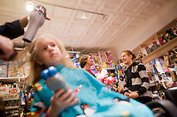 7 Novembre, 2008. Brooklyn, New York.<br /> <br /> Chiara Cecchini (sinistra) , 5 anni, si fa tagliare i capelli al Lulu's Cuts &amp; Toys, una parruccheria per bambini e negozio di giocattoli a Park Slop, Brooklyn, NY. Nello sfondo, a destra,  &egrave; presente la madre, Jessica Cecchini. Park Slope, spesso definito dai newyorkesi come &quot;The Slope&quot;, &egrave; un quartiere nella zona ovest di Brooklyn, New York, e confinante con Prospect Park.  Park Slope &egrave; un quartiere benestante che ha il maggior numero di nascite, la qualit&agrave; della vita pi&ugrave; alta e principalmente abitato da una classe media di razza bianca. Per questi motivi molte giovani coppie e famiglie decidono di trasferirsi dalle altre municipalit&agrave; di New York a Park Slope. Dal punto di vista architettonico, il quartiere &egrave; caratterizzato dai brownstones, un tipo di costruzione molto frequente a New York, e da Prospect Park.<br /> <br /> &copy;2008 Gianni Cipriano for The New York Times<br /> cell. +1 646 465 2168 (USA)<br /> cell. +1 328 567 7923 (Italy)<br /> gianni@giannicipriano.com<br /> www.giannicipriano.com, 5 anni, si fa tagliare i capelli al Lulu's Cuts &amp; Toys, una parruccheria per bambini e negozio di giocattoli a Park Slop, Brooklyn, NY. Park Slope, spesso definito dai newyorkesi come &quot;The Slope&quot;, &egrave; un quartiere nella zona ovest di Brooklyn, New York, e confinante con Prospect Park.  Park Slope &egrave; un quartiere benestante che ha il maggior numero di nascite, la qualit&agrave; della vita pi&ugrave; alta e principalmente abitato da una classe media di razza bianca. Per questi motivi molte giovani coppie e famiglie decidono di trasferirsi dalle altre municipalit&agrave; di New York a Park Slope. Dal punto di vista architettonico, il quartiere &egrave; caratterizzato dai brownstones, un tipo di costruzione molto frequente a New York, e da Prospect Park.<br /> <br /> &copy;2008 Gianni Cipriano for The New York Times<br /> cell. +1 646 