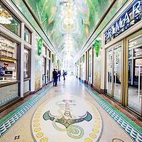 Nederland, Amsterdam, 29 november 2016.<br /> De gerestaureerde Beurspassage die het Damrak met de Nieuwendijk verbindt.<br /> Op 2 december gaat de Beurspassage aan het Damrak in Amsterdam officieel open. <br /> Met het imponerende plafond van 450 m2 glasmozaïek, de ambachtelijk vervaardigde terrazzo vloer, reusachtige art deco spiegels en vergulde kroonluchters is de Beurspassage een nieuw icoon voor de hoofdstad.<br /> <br /> Netherlands, Amsterdam, November 29, 2016.<br /> The restored Beurspassage that connects the Nieuwendijk to the Damrak.<br /> On 2 December the Beurspassage will officially open at the Damrak in Amsterdam.With the impressive ceiling of 450 m2 glass mosaic, the handcrafted terrazzo floor, huge art deco mirrors and gilded chandeliers the Beurspassage is a new icon for the capital.<br /> <br /> Foto: Jean-Pierre Jans