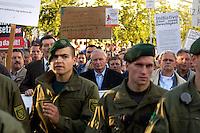 30 AUG 2004, LEIPZIG/GERMANY:<br /> Oskar Lafontaine (M), SPD, Bundesfinanzminister a.D. und ehem. SPD Parteivorsitzender, hinter einer Kette Polizisten, Montagsdemo gegen die Arbeitsmarktreformen, Hartz IV, Leipzig<br /> IMAGE: 20040830-01-024<br /> KEYWORDS: Demo, Demonstration, Demonstranten, demonstrator, Protest, Leipziger Montagsdemo, Schild, Schilder, Transparent, Transparente, Polizei