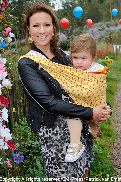 Verkiezing van Mama of the Year, georganiseerd door maandblad Fabulous Mama op het rijk van de keizer in Amsterdam.<br /> <br /> Op de foto:  Jessica Mendels met haar dochter Ilse