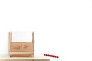 [captive] Functionality-driven discrimination in tool-task for Kea (Nestor notabilis) - Picture was taken in cooperation with the University of Vienna (UniVie) and University of Veterinary Medicine Vienna (VetMed) | Sequenz 1/15 - Kea oder Bergpapagei (Nestor notabilis) - In diesem Versuch muss der Kea erlernen, mit einem Stock nach einer Belohnung (Erdnuss) zu stochern, um sie zum Rausfallen aus einer ansonsten unzugänglichen Box zu bringen. Dies ist ein Werkzeuggebrauch. Im zweiten Teil wird der Versuchsaufbau geändert, sodass der Stock nicht mehr in das Loch passt, sondern eine Kugel verwendet werden muss. Der Kea entscheidet sich hier meist für das richtige Werkzeug, um an die Nuss zu gelangen. - Das Bild wurde in Zusammenarbeit mit der Veterinärmedizinischen Universität Wien und der Universität Wien erstellt.