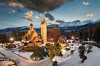 Blick zur Schneekoppe mit Kirche Wang im Vordergrund. Die Kirche besteht in allen Teilen aus Holz, nur der Turm ist gemauert. Sie wurde im 13. Jahrhundert in Norwegen erbaut und 1841 in Einzelteilen zerlegt, nach Krummhübel transportiert und dort wieder aufgebaut.