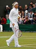 Wimbledon Championships 2012 AELTC,London,.ITF Grand Slam Tennis Tournament,.Sabine Lisicki (GER), waemrt sich auf vor dem Spiel,einspielen,Trainingsanzug,Einzelbild,Ganzkoerper,Hochformat,.schlechtes Wetter,kalt,Kaelte,