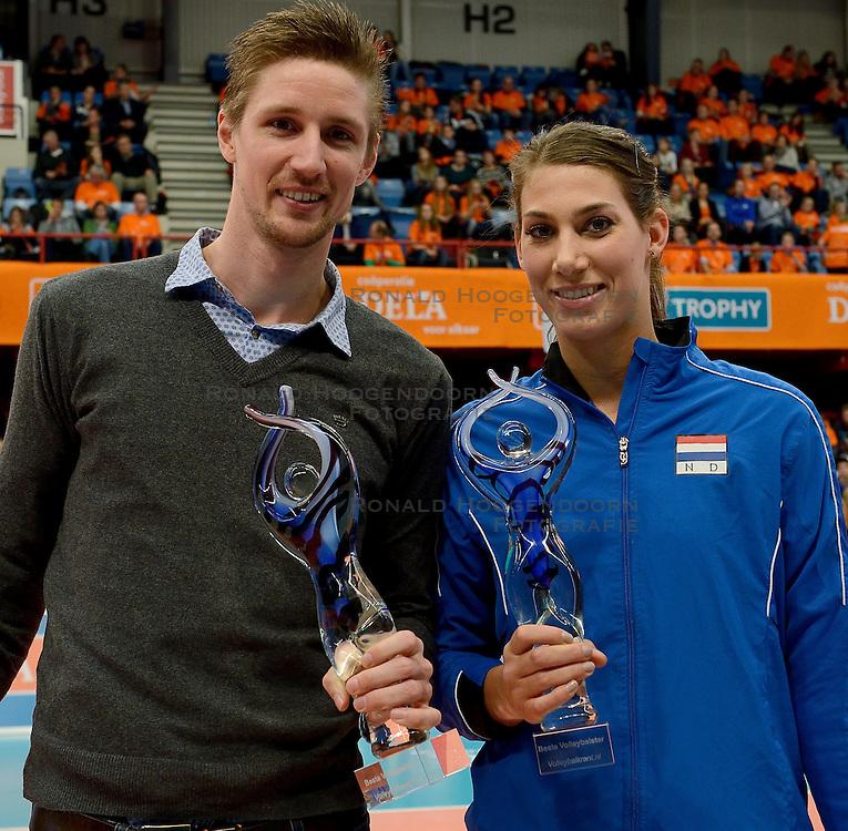 29-12-2013 VOLLEYBAL: DELA TROPHY UITREIKING INGRID VISSER AWARD: DEN BOSCH<br /> Volleybalkrant organiseerde de beste volleyballer en volleybalster 2013. De award die zij uitreikten kreeg een nieuwe naam - Ingrid Visser Award. De award, uitgereikt door de moeder van Ingrid Visser,  ging naar Robin de Kruijf en Joppe Paulides.<br /> &copy;2013-FotoHoogendoorn.nl