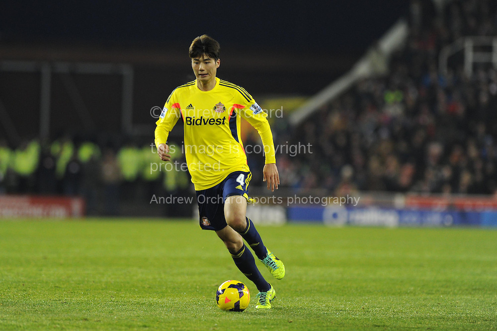Ki Sung-Yueng of Sunderland in action. Barclays Premier league, Stoke city v Sunderland at the Britannia stadium in Stoke on Trent, England on Saturday 23rd Nov 2013. pic by Andrew Orchard, Andrew Orchard sports photography,