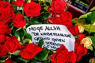 Mensen leggen bloemen op de plek waar gisteren middag de Amsterdamse Servier Goran Savic is doodgesc