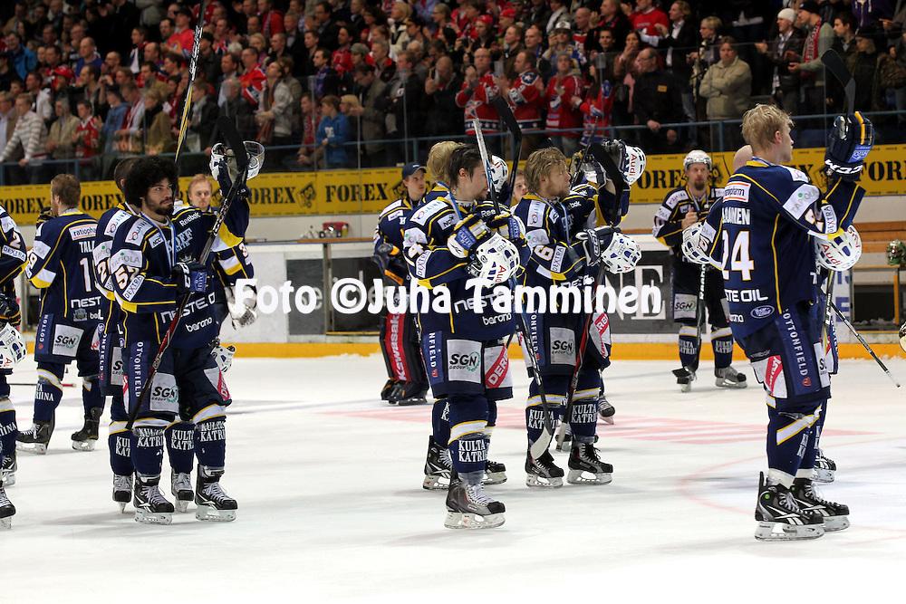18.4.2011, Barona Areena, Tapiola, Espoo..J??kiekon SM-liiga 2010-11, play-offs: 4. loppuottelu Blues - HIFK. .Bluesin pelaajat kiitt?v?t kannustuksesta hopeamitalit kaulassa..©Juha Tamminen.