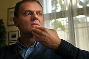 10.05.2006 Warszawa. Donald Tusk, szef Platformy Obywatelskiej w swoim gabinecie w sejmie udziela wywiadu tygodnikowi Ozon. Fot. Piotr Gesicki.