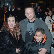 Premiere Kruimeltje, Mona, haarman en kind Shakib