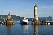 Löwe und Leuchtturm an der Hafeneinfahrt, Lindau, Bodensee, Bayern, Deutschland