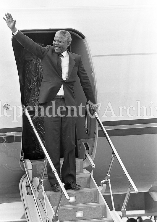 Nelson Mandela arrives at Dublin Airport, waves to the crowd, 01/07/1990 (Part of the Independent Newspapers Ireland/NI Collection).