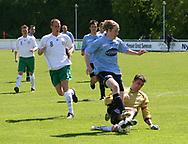 FODBOLD: Daniel Husen (Helsingør) tackles af målmand Anders Amstrup (Virum-Sorgenfri) under kampen i Kvalifikationsrækken, pulje 1, mellem Elite 3000 Helsingør og Virum-Sorgenfri Boldklub den 25. maj 2006 på Helsingør Stadion. Foto: Claus Birch