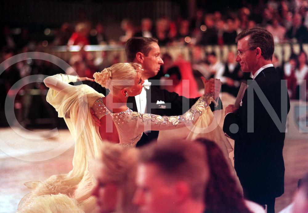 slagharen : daneswedstrijden op de foto typisch hoe imponeer ik de jury de paren zorgen er altijd voor dat zij de belangsrijkste figuren voor een van de juryleden dansen om zo op te vallen en punten te verzamelen..foto frank uijlenbroek@1995