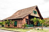 Pórtico com estilo enxaimel na entrada da cidade. Joinville, Santa Catarina, Brasil. / <br /> Timber framing gate on the entrance of the city. Joinville, Santa Catarina, Brazil.