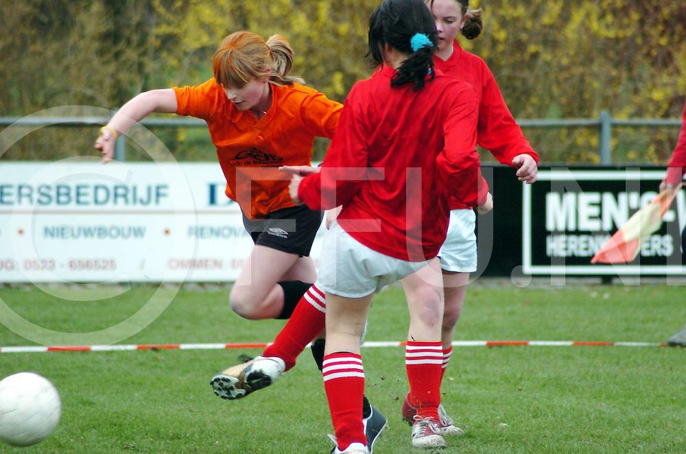060407,ommen,nederland,<br /> finale van de schoolvoetbal van de dames,<br /> fotografiefrankuijlenbroek&copy;2006sanderuijlenbroek